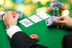 Jogador de pôquer com cartões e microplaquetas no casino Fotografia de Stock