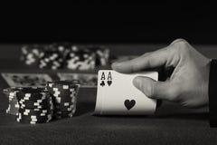 Jogador de pôquer com os dois áss em preto e branco Imagem de Stock Royalty Free