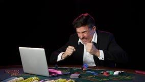Jogador de pôquer em linha que perde com cartões, microplaquetas e portátil de jogo Fim acima filme