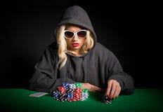 Jogador de pôquer profissional com os vidros que fazem a cara de pôquer imagem de stock