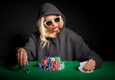 Jogador de pôquer profissional com vidros fotografia de stock