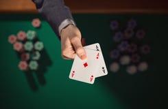 Jogador de pôquer que guarda dois áss Fotos de Stock