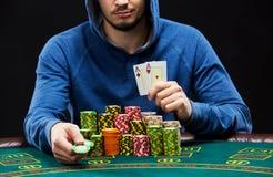 Jogador de pôquer que mostra um par de áss Imagens de Stock Royalty Free