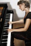 Jogador de piano de cauda Mulher do pianista que joga o piano fotografia de stock