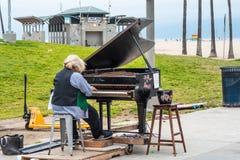 Jogador de piano no oceanfront de Venice Beach - CALIFÓRNIA, EUA - 18 DE MARÇO DE 2019 imagem de stock royalty free