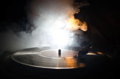 Jogador de registro do vinil da plataforma giratória Equipamento audio retro para o disco-jóquei Tecnologia sadia para que o DJ m Foto de Stock