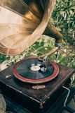 Jogador de registro do vinil da plataforma giratória ou gramofone do vintage Equipamento audio retro para o disco do vinil imagens de stock royalty free