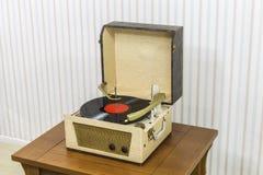 Jogador de registro do vintage com álbum do vinil Imagens de Stock