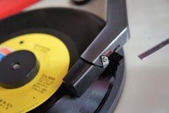 Jogador de registro do vintage com disco do vinil fotografia de stock