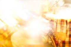 Jogador de saxofone do borrão de movimento na fase para o fundo, macio abstratos e o borrão Imagens de Stock