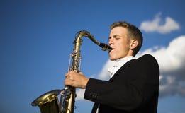 Jogador de saxofone novo Imagens de Stock