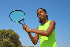 Jogador de ténis fêmea adolescente Fotos de Stock Royalty Free