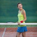 Jogador de ténis fêmea na corte de tênis Fotos de Stock