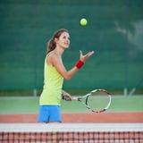 Jogador de ténis fêmea na corte de tênis Imagem de Stock Royalty Free