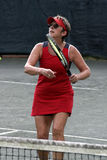 Jogador de ténis fêmea no vermelho Fotografia de Stock Royalty Free