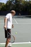 Jogador de ténis pronto para serir a esfera Fotos de Stock