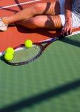 Jogador de ténis que descansa após o fósforo. Imagens de Stock