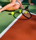 Jogador de ténis que descansa após o fósforo. Imagens de Stock Royalty Free