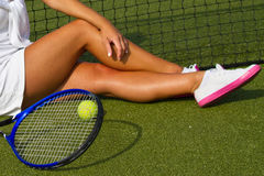 Jogador de tênis bonito da menina que senta-se no kort do treinamento Imagem de Stock Royalty Free