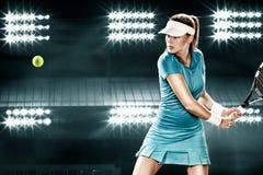 Jogador de tênis bonito da mulher do esporte com a raquete no traje azul Fotos de Stock Royalty Free