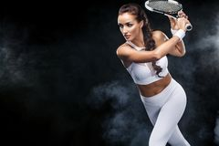 Jogador de tênis bonito da mulher do esporte com a raquete no traje branco do sportswear imagem de stock royalty free