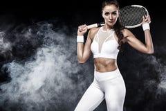 Jogador de tênis bonito da mulher do esporte com a raquete no traje branco do sportswear fotos de stock