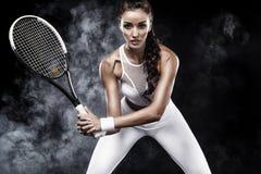 Jogador de tênis bonito da mulher do esporte com a raquete no traje branco do sportswear Imagens de Stock