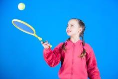Jogador de tênis com raquete e bola Pouco menina adolescente A dieta da aptidão traz a saúde e a energia Jogo adolescente da meni imagens de stock royalty free