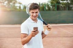 Jogador de tênis com telefone imagens de stock royalty free