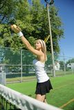 Jogador de tênis da mulher com raquete durante um jogo de fósforo fotos de stock royalty free