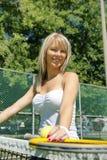 Jogador de tênis da mulher com raquete e bola que está no tribunal imagens de stock royalty free