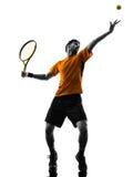 Jogador de tênis do homem na silhueta do serviço do serviço Imagem de Stock