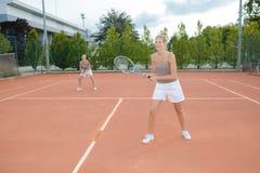 Jogador de tênis dois que joga dobros no campo de tênis imagens de stock