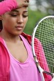 Jogador de tênis fêmea adolescente do ajuste sonolento fotos de stock royalty free