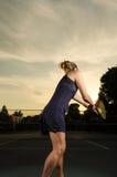 Jogador de tênis fêmea aproximadamente a servir Imagem de Stock Royalty Free