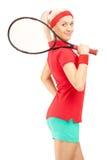 Jogador de tênis fêmea novo que guarda uma raquete Fotografia de Stock