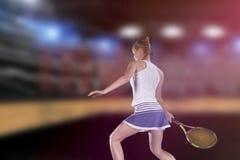 Jogador de tênis fêmea que alcança para bater a bola de tênis na corte foto de stock royalty free