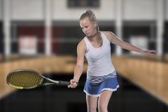 Jogador de tênis fêmea que alcança para bater a bola de tênis na corte fotos de stock royalty free
