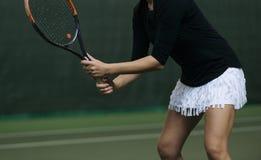 Jogador de tênis fêmea que espera um serviço imagem de stock royalty free
