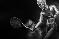 Jogador de tênis louro bonito da mulher do esporte com a raquete no traje vermelho fotografia de stock royalty free