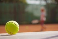 Jogador de tênis na ação na corte fotografia de stock royalty free