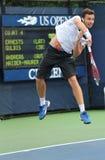 Jogador de tênis profissional Ernests Gulbis de Letónia durante seu primeiro fósforo do círculo no US Open 2013 Fotografia de Stock Royalty Free