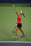 Jogador de tênis profissional Johanna Konta de Grâ Bretanha na ação durante seu quarto fósforo do US Open 2015 do círculo Fotografia de Stock