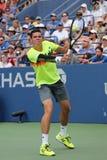 Jogador de tênis profissional Miols Raonic de Canadá durante o terceiro fósforo do círculo no US Open 2014 Imagens de Stock