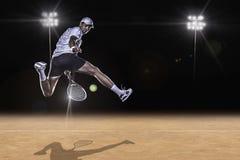 Jogador de tênis que alcança para a bola dura foto de stock royalty free