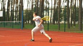 Jogador de tênis que corre à rede para marcar um ponto filme