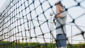 Jogador de tênis que joga com a bola de tênis na corte video estoque