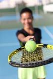 Jogador de tênis que mostra a bola na rede da raquete Imagens de Stock
