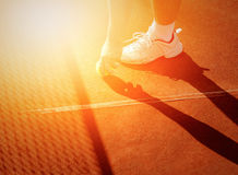 Jogador de tênis que obtém a bola de tênis da corte Fotografia de Stock Royalty Free