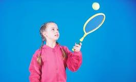 Jogador de t?nis com raquete e bola Atividade da inf?ncia T?nis feliz da brincadeira Exerc?cio do Gym da menina adolescente Baila imagem de stock